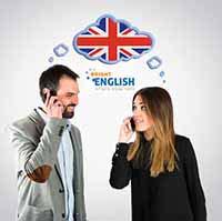 שני אנשים מנהלים שיחה באנגלית בטלפון.