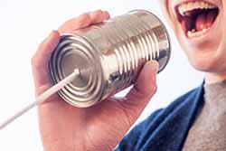 לדבר אנגלית - אדם מדבר אל תוך מכשיר קשר ביתי מפחית וחבל
