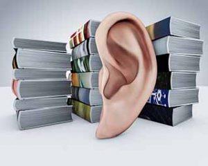 אוזן מקשיבה לערימת ספרים