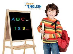 אנגלית לילדים - ילד עומד מול לוח שכתוב עליו באנגלית