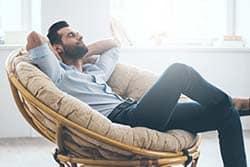אדם שוכב בכורסה נוח - ללמוד אנגלית בנוחות