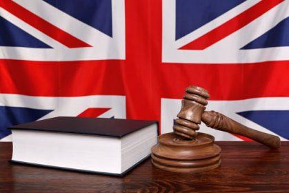 ספר חוקים אנגלית משפטית ופטיש שופט לרקע דגל בריטניה - קורס אנגלית משפטית
